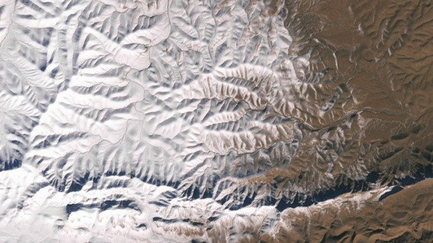 Africa : Would you ever expect snow in the Sahara Desert? It happened.
